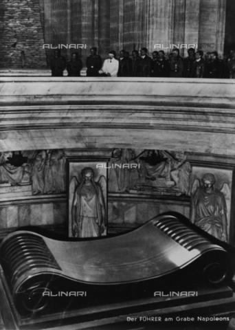 BPK-S-AA3001-3165 - Adolf Hitler (1889-1945) and his staff visiting Napoleon's tomb after signing at the capitulation of France (Compiègne's act) - Data dello scatto: 28/06/1940 - Heinrich Hoffmann / BPK/Alinari Archives