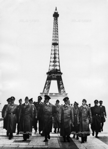 BPK-S-AA3001-3176 - Adolf Hitler (1889-1945) and his staff visiting Paris after signing at the capitulation of France (de Compiègne). In the image we can recognize Karl Wolff, Hermann Giesler, Albert Speer, and Arno Breker from the left. Second row from left to right: Wilhelm Keitel, Wilhelm Brückner, Karl Brandt, Martin Bormann, Otto Dietrich - Data dello scatto: 23/06/1940 - Heinrich Hoffmann / BPK/Alinari Archives