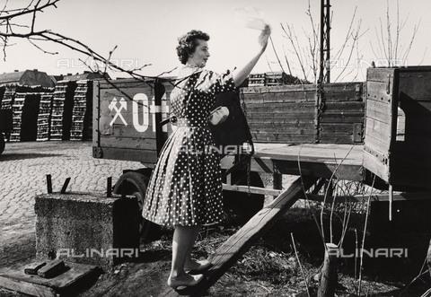 BPK-S-AA3002-6377 - Muro di Berlino: una donna sventola un fazzoletto nel tentativo di stabilire un contatto con i suoi parenti dall'altra parte della città - Data dello scatto: 1962 - BPK/Archivi Alinari, Bernard Larsson