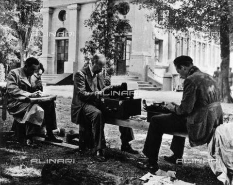 BPK-S-AA3002-8399 - Giornalisti a lavoro, Compiègne - Data dello scatto: 06/1940 - BPK/Archivi Alinari