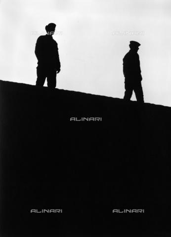 BPK-S-AA3003-7455 - Muro di Berlino: la polizia di frontiera della RDT sul muro di fronte alla Porta di Brandeburgo - Data dello scatto: 17/11/1989 - BPK/Archivi Alinari, Dietmar Katz