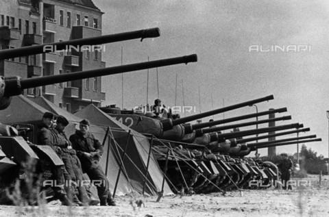 BPK-S-AA3004-1784 - Muro di Berlino: un'unità corazzata dell'Esercito popolare nazionale vicino al confine tra Berlino est e Berlino ovest - Data dello scatto: 14-15/08/1961 - BPK/Archivi Alinari, Gerhard Kiesling