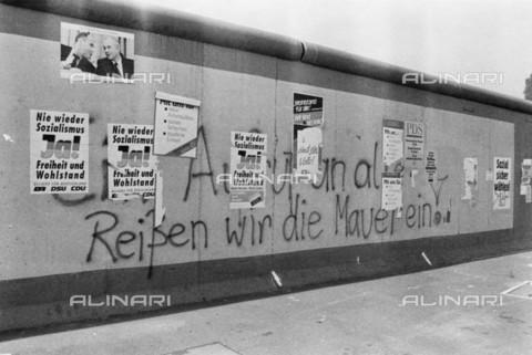 BPK-S-AA3004-4086 - Muro di Berlino: manifesti di propaganda politica per le elezioni delle camere popolari nel 1990 - Data dello scatto: 03/1990 - BPK/Archivi Alinari, Helmut Schà¤fer