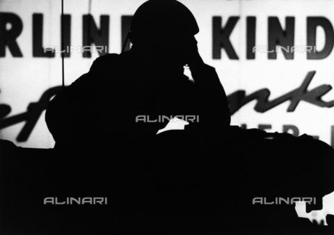 BPK-S-AA3004-4972 - Muro di Berlino: silhouette di una guardia di confine nella ZimmerstraàŸe, vicino a Checkpoint Charlie (Kreuzberg) - Data dello scatto: 1961-1971 ca. - BPK/Archivi Alinari, Klaus Lehnartz