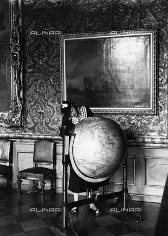 BPK-S-AA4000-3419 - Visitor inside the Charlottenburg castle, Berlin - Data dello scatto: 1930-1940 - Friedrich Seidenstücker / BPK/Alinari Archives
