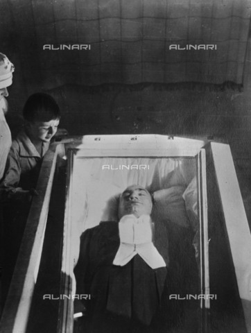 BPK-S-AA5014-0745 - The body of the italian opera singer Enrico Caruso (1873-1921) photographed in a glass coffin after his death - Kunstbibliothek, SMB, Photothek Willy Rà¶mer / BPK/Alinari Archives