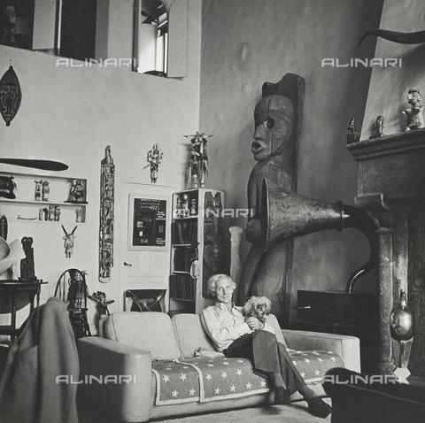 BPK-S-AA5021-5786 - The German painter and sculptor Max Ernst (1891-1976) portrayed in Peggy Guggenheim's house in New York. Photograph by Hermann Landshoff in Munich's Münchner Stadtmuseum - Data dello scatto: 23/09/1942-21/12/1942 - Münchner Stadtmuseum, Sammlung Fotografie / Archiv Landshoff / BPK/Alinari Archives