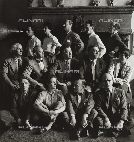 BPK-S-AA5021-5790 - The surrealists in the autumn of 1942: in the last row Jimmy Ernst, Peggy Guggenheim, John Ferren, Marcel Duchamp and Piet Mondrian, in the center row Max Ernst, Amédée Ozenfant, André Breton, Fernand Léger and Berenice Abbott, Stanley William Hayter, Leonora Carrington. Photography by Hermann Landshoff in the Münchner Stadtmuseum in Munich - Data dello scatto: 1942 - Münchner Stadtmuseum, Sammlung Fotografie / Archiv Landshoff / BPK/Alinari Archives
