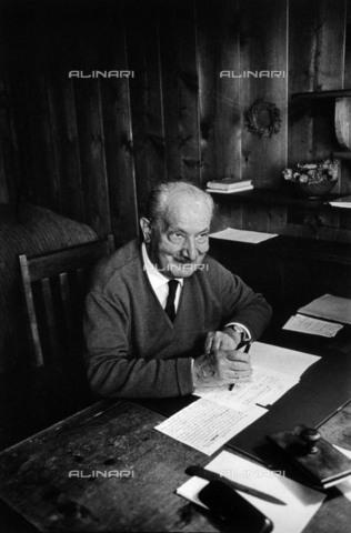 BPK-S-AA7013-1575 - Il filosofo tedesco Martin Heidegger (1889-1976) ritratto all'interno sua baita situata nei pressi di Todtnauberg nella Foresta Nera - Data dello scatto: 1949 - BPK/Archivi Alinari, Digne Meller Marcovicz