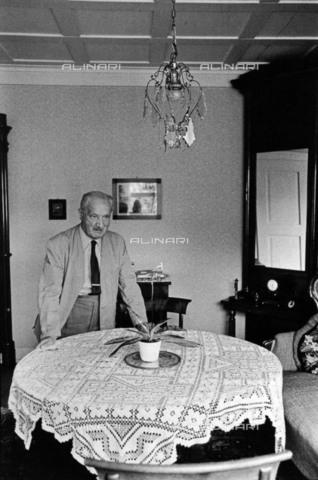 BPK-S-AA7013-1579 - Il filosofo tedesco Martin Heidegger (1889-1976) ritratto all'interno della casa sua a Friburgo - Data dello scatto: 1968 - BPK/Archivi Alinari, Digne Meller Marcovicz