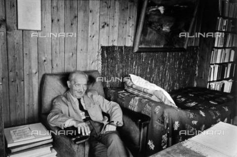 BPK-S-AA7013-1582 - Il filosofo tedesco Martin Heidegger (1889-1976) ritratto all'interno del suo studio nella casa di Friburgo - Data dello scatto: 1968 - BPK/Archivi Alinari, Digne Meller Marcovicz