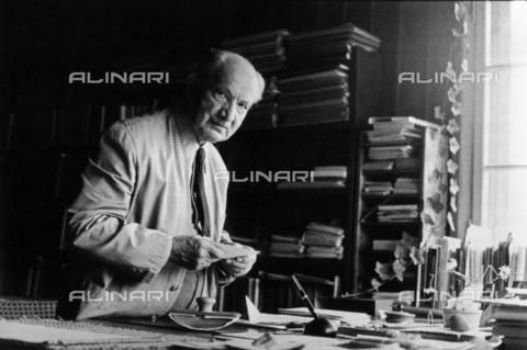 BPK-S-AA7013-1583 - Il filosofo tedesco Martin Heidegger (1889-1976) ritratto all'interno del suo studio nella casa di Friburgo - Data dello scatto: 1968 - BPK/Archivi Alinari, Digne Meller Marcovicz