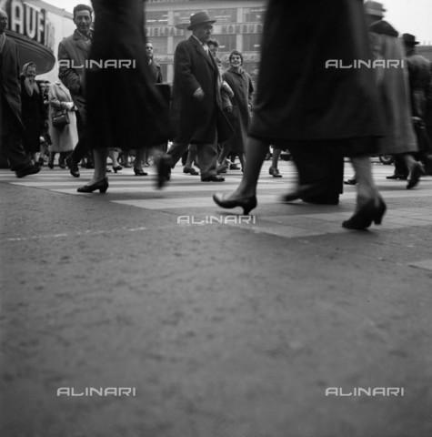BPK-S-AA7013-2004 - Pedestrians in a Frankfurt street - Data dello scatto: 1958 - Abisag Tüllmann / BPK/Alinari Archives