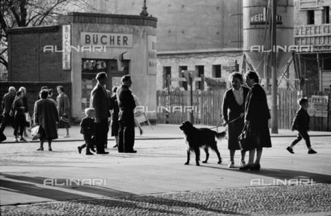 BPK-S-AA7013-2831 - Pedestrians in Schönhauser Allee, Berlin - Data dello scatto: 1958-1961 - Konrad Hoffmeister / BPK/Alinari Archives