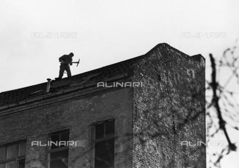 BPK-S-AA7013-5924 - Muro di Berlino: demolizione di una casa a Berlino est - BPK/Archivi Alinari, Klaus Lehnartz