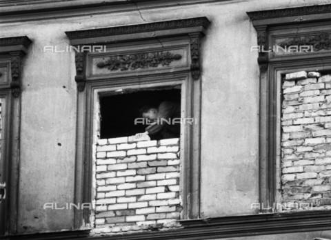 BPK-S-AA7013-5929 - Berlin Wall: a walled window in a residential building near the wall in East Berlin - Data dello scatto: 1962 - Klaus Lehnartz / BPK/Alinari Archives