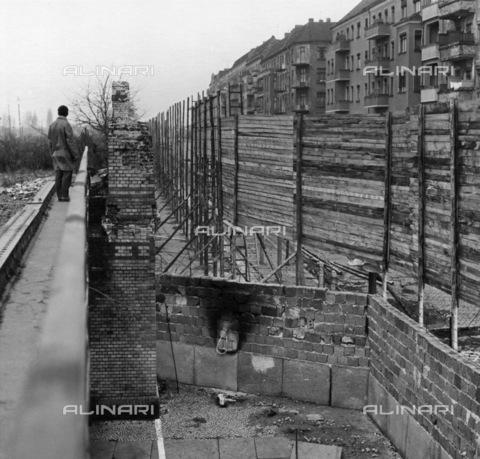 BPK-S-AA7013-6234 - Berlin Wall: stretch of wall on the Schwedter Straße between the Wedding and Prenzlauer Berg districts - Klaus Lehnartz / BPK/Alinari Archives