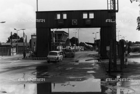 BPK-S-AA7013-6528 - Border road crossing in west Berlin - Data dello scatto: 07/1990 - Klaus Lehnartz / BPK/Alinari Archives