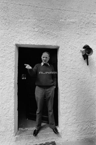 BPK-S-AA7013-6530 - L'autore austriaco Thomas Bernhard (1931-1989) ritratto davanti alla sua casa a Ohlsdorf in Austria - Data dello scatto: 1974 - Digne Meller Marcovicz / BPK/Archivi Alinari