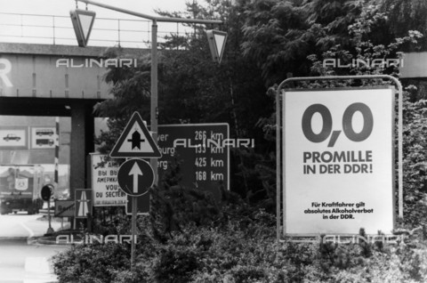 BPK-S-AA7013-7082 - The Dreilinden-Drewitz border crossing (Allied Checkpoint Bravo) after the fall of the Berlin Wall - Data dello scatto: 06/1990 - Klaus Lehnartz / BPK/Alinari Archives