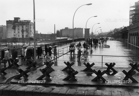 BPK-S-AA7013-7157 - Berlin Wall: inhabitants of West Berlin cross the border on the occasion of Easter visits - Data dello scatto: 03/1972 - Klaus Lehnartz / BPK/Alinari Archives