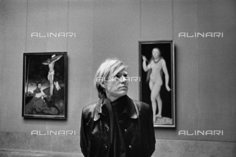BPK-S-AA7013-7856 - Andy Warhol (1928-1987) in one of the halls of the Alte Pinakothek in Munich - Data dello scatto: 1971 - Digne Meller Marcovicz / BPK/Alinari Archives