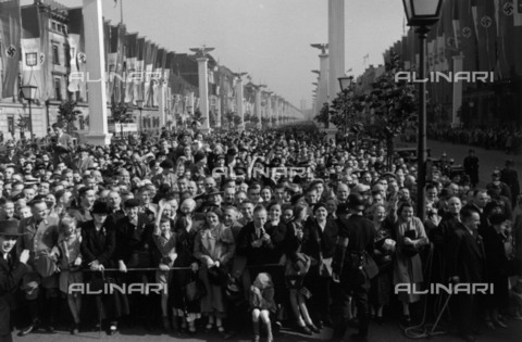 BPK-S-AA7013-7933 - The crowd awaiting the arrival of Benito Mussolini in Berlin during his official visit to Germany - Data dello scatto: 28/09/1937 - Hanns Hubmann / BPK/Alinari Archives