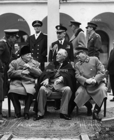 BPK-S-AA7013-8499 - Il Primo Ministro inglese Winston Churchill (1874-1965), il Presidente degli Stati Uniti Franklin Delano Roosevelt (1882-1945) e il Segretario Generale del Partito Comunista Sovietico Iosif Stalin (1878-1953) alla Conferenza di Jalta (Yalta) nel Palazzo di Livadija. In piedi da sinistra:  gli ammiragli Cunningham (1883-1963) e King (1878-1956), il Maresciallo Portal (1893-1971), l'ammiraglio Leahy (1875-1959) - Data dello scatto: 09/02/1945 - BPK/Archivi Alinari
