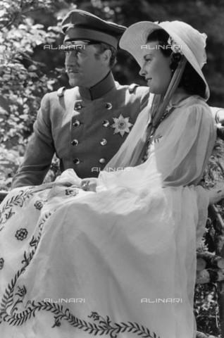 """BPK-S-AA7013-9361 - Gli attori Willy Fritsch e Lida Baarova durante le riprese del film """"Preußische Liebesgeschichte"""" - Data dello scatto: 1938 - Hanns Hubmann / BPK/Archivi Alinari"""