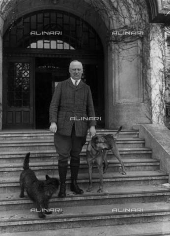 BPK-S-AA7014-0815 - Il generale tedesco Erich Ludendorff (1865-1937) ritratto con i suoi cani il giorno del suo settantesimo compleanno - Data dello scatto: 09/04/1935 - BPK/Archivi Alinari