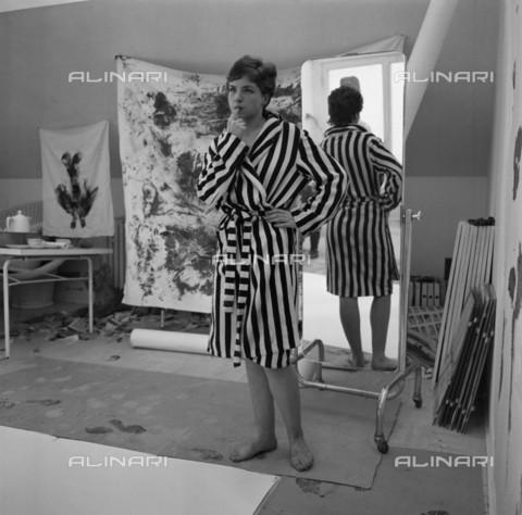 """BPK-S-AA7014-1832 - La modella Katja prima della performance """"Anthropometrie der blauen Epoche"""" di Yves Klein (1928-1962) all'interno del studio dell'artista a Düsseldorf - Data dello scatto: 1961 - Charles Wilp / BPK/Archivi Alinari"""