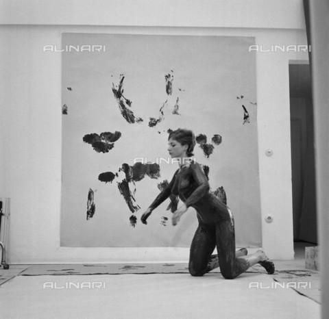 """BPK-S-AA7014-1835 - Performance """"Anthropometrie der blauen Epoche"""" dell'artista francese Yves Klein (1928-1962) all'interno del proprio studio di Düsseldorf - Data dello scatto: 1961 - Charles Wilp / BPK/Archivi Alinari"""