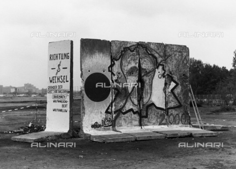 BPK-S-AA7014-3247 - Fall of the Berlin Wall: parts of the wall near the Bundestag building - Data dello scatto: 04/10/1990 - Dietmar Katz / BPK/Alinari Archives