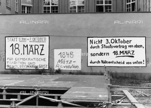 BPK-S-AA7014-3249 - Written on the German national holiday on a wall behind the Bundestag building in Berlin - Data dello scatto: 04/10/1990 - Dietmar Katz / BPK/Alinari Archives