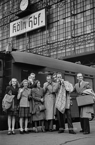 BPK-S-AA7014-6463 - Gruppo di turisti ritratti davanti alla stazione di Colonia - Data dello scatto: 1942 - Josef Donderer / BPK/Archivi Alinari