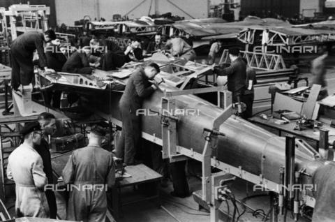BPK-S-AA7014-7681 - Costruzione di aerei in una fabbrica di armamenti - Data dello scatto: 1939 - Hanns Hubmann / BPK/Archivi Alinari