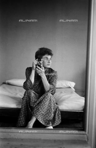 BPK-S-AA7014-8416 - Autoritratto allo specchio della fotografa Ellen Auerbach (1906-2004). L'immagine è conservata all'Akademie der Kà¼nste di Berlino - Data dello scatto: 1950 - BPK/Archivi Alinari, Akademie der Kà¼nste, Berlin, Kunstsammlung / Ellen Auerbach