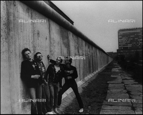 "BPK-S-AA7024-6736 - The ""PVC"" punk band photographed in front of the Berlin Wall - Data dello scatto: 1978 - Peter Gruchot / BPK/Alinari Archives"