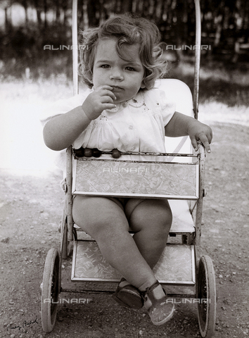 BVA-F-000037-0000 - Child in stroller