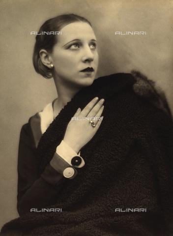 BVA-F-000092-0000 - Ritratto femminile - Data dello scatto: 1931 - Archivi Alinari, Firenze