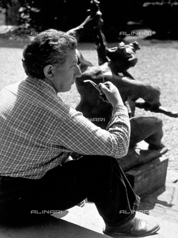 BVA-F-000099-0000 - Portrait of the sculptor Redev, shown from the back before a sculpture - Date of photography: 1956 - Alinari Archives-Balocchi archive, Florence