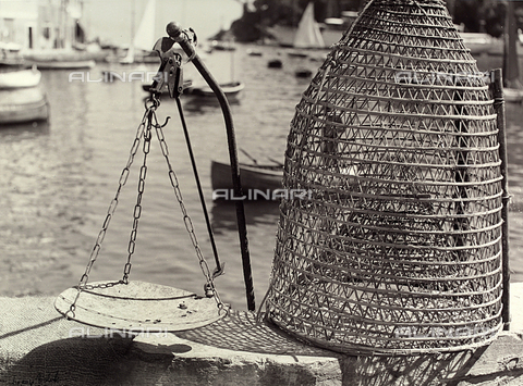 BVA-F-000140-0000 - Balance and fishing net