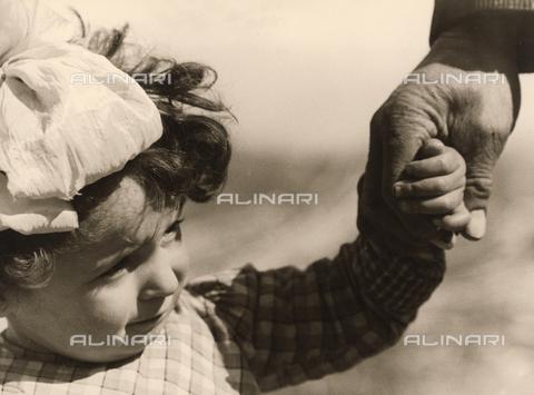 BVA-F-000303-0000 - Bambina tenuta per mano - Data dello scatto: 1939 - Archivi Alinari, Firenze