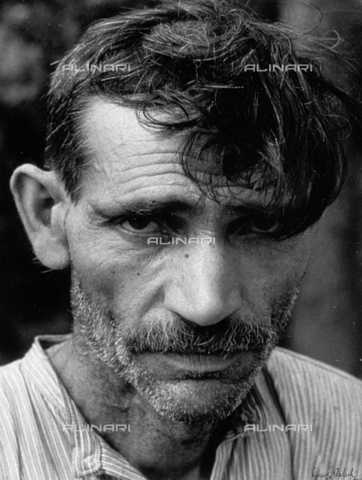 BVA-F-000318-0000 - Close-up of a shabby-looking man - Date of photography: 1940 - Alinari Archives-Balocchi archive, Florence