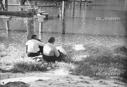 "BVA-F-000414-0000 - ""Sunday"", couple on the river bank - Data dello scatto: 1965 ca. - Archivi Alinari, Firenze"