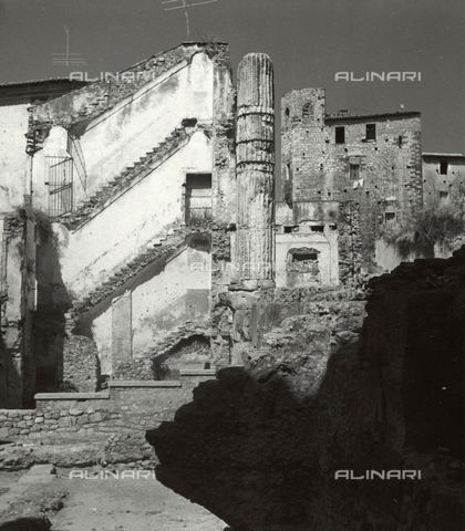 BVA-F-001116-0000 - Roman column in the historic center of Terracina - Data dello scatto: 1955-1965 - Archivi Alinari, Firenze