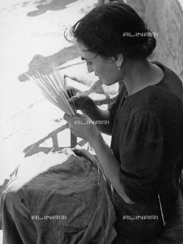 BVA-F-001156-0000 - Una donna lavora la paglia - Data dello scatto: 1955-1956 - Archivi Alinari, Firenze