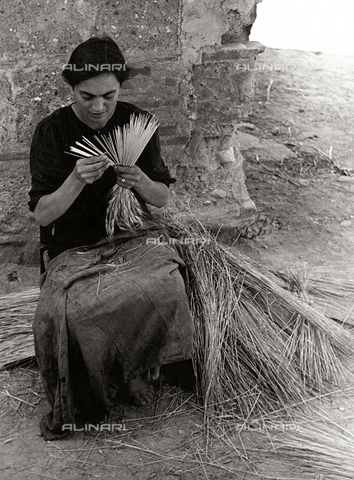 BVA-F-001157-0000 - Una donna lavora la paglia - Data dello scatto: 1955-1956 - Archivi Alinari, Firenze