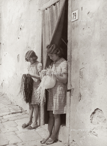 """BVA-F-001166-0000 - """"Workers that braid in Campi"""""""