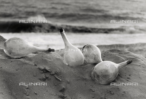 "BVA-F-001192-0000 - ""Flasks on the beach"""